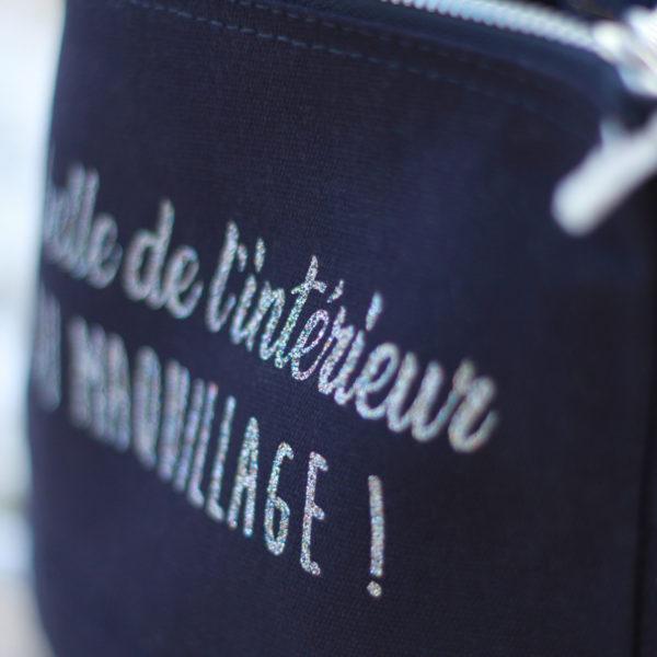 trousse-mangez-du-maquillage-bleu-marine-pailletee-onely-normandie-fermeture-detail-marquage